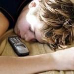 Можно ли брать в постель ноутбук и мобильник?