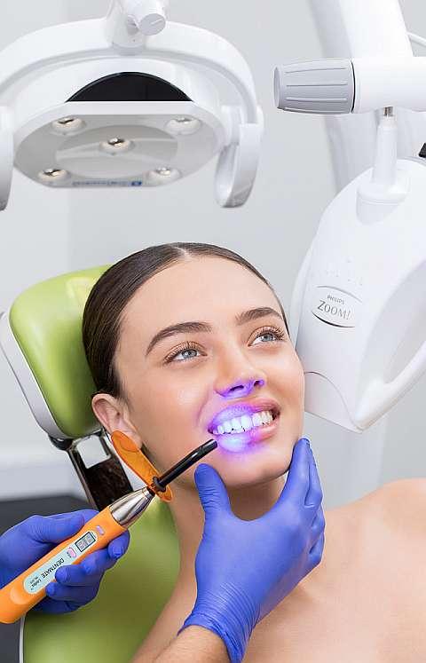 Как проводится отбеливание зубов zoom